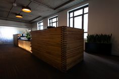 From large and small reception desks to color psychology, learn the major components of modern reception area design ideas for your office. Hotel Reception Desk, Reception Desk Design, Reception Areas, Reception Table, Commercial Office Design, Office Interior Design, Office Designs, Commercial Interiors, Interior Architecture