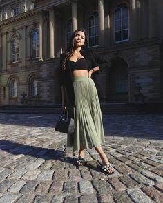 Minimalist Fashion, Minimalist Style, Ootd Fashion, Summer Outfits, Urban, Selfie Ideas, Pleated Skirts, Fashion Bloggers, Software