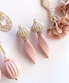 アンティークツイストピアス Funky Jewelry, Diy Jewelry, Handmade Jewelry, Jewelry Design, Beaded Brooch, Polymer Clay Jewelry, Handmade Art, Beaded Earrings, Jewelry Collection