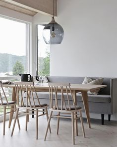WIN DESIGN LAMP! // On my blog I have picked out some of my favorites from the Norwegian brand @yggoglyng, and here you see the Viken dining table together with the Non Chair, Mingle sofa and Fender lamp. A pretty nice combination, don´t you think? You actually have the opportunity to WIN the beautiful FENDER LAMP further down on my Instagram feed. I´ll announce the winner tomorrow evening, so be quick. #yggoglyng #diningarea #spisebord #spisestoler #spisesofa #lampe #norskdesign…