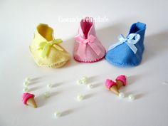 Sapatinhos em feltro, para lembrancinha de chá de bebê da Caseando Felicidade