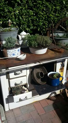 Great Totally Free vintage garden planters Ideas Growing pots, tubs, and also one half boxes full of roses bring appeal for any backyard garden, although jar g. Garden Junk, Garden Gates, Garden Planters, Potting Tables, French Farmhouse Decor, Pinterest Garden, Compost, Most Beautiful Gardens, Rustic Flowers