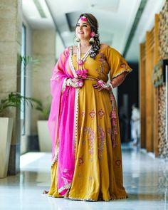 This Sikh Bride Is An Inspiration For AllThe Curvy Brides-To-Be! #shaadiwish #sikhwedding #sikhbride #mehendioutfit #floraljewellery #bridalportrait #bridalphotoshoot Sikh Bride, Punjabi Bride, Marathi Bride, Punjabi Wedding, Pakistani Bridal, Mehendi Outfits, Bridal Outfits, Bridal Dresses, Bridal Makeup Images