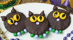 Chocolate-coated cat sugar cookies dressed for the parade with candy beads! Mardi Gras Food, Mardi Gras Party, Cat Cookies, Sugar Cookies, Holiday Treats, Holiday Recipes, Holiday Parties, Cat Recipes, Cookie Recipes