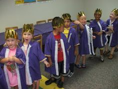 King robes out of purple T-shirts. I like this idea, but you must go a long way down in the post to find it. Also, not really impressed with most of the teaching ideas. But using these T-shirts is a good idea. Sunday School Lessons, Sunday School Crafts, Christmas Pageant, Christmas Program, Christmas Ideas, Bible Activities, Bible Games, Classroom Activities, Purple T Shirts