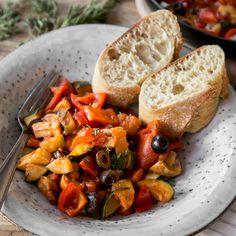 Spätestens seit Disneys kleinem Küchenchef heiß begehrt: Schnelle Ratatouille - hier mit Paprika, Zucchini und Champignons aus der Pfanne.
