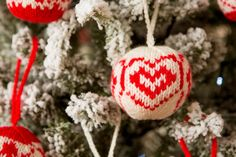 Learn how to knit your own baubles for your Christmas tree this Tuesday, Oct at on C&C with Arne and Carlos! Knitting Books, Knitting Ideas, Knitting Projects, Christmas Stockings, Christmas Tree, Christmas Ornaments, Learn How To Knit, How To Make, Arne And Carlos