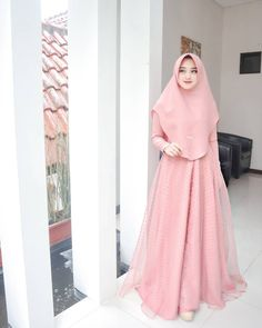 It& nice to be able to wear a super beautiful dress from Ly Quiñones. Casual Hijab Outfit, Hijab Chic, Party Fashion, Fashion 2020, Beautiful Hijab, Beautiful Dresses, Dress Outfits, Girl Outfits, Official Dresses