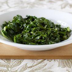 Esta ensalada de acelgas es muy sencilla, le puedes agregar ingredientes a gusto, aunque en mi familia se acostumbraba servir sola con harto vinagre.