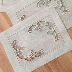 Este posibil ca imaginea să conţină: interior Cutwork Saree, Cutwork Embroidery, Machine Embroidery, Embroidery Designs, Filet Crochet, Crochet Motif, Romanian Lace, Lacemaking, Point Lace