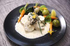Photo Ballotine de volaille, farce fine aux morilles <br />Légumes racines glacés, choux de Bruxelles mi-cuits <br />Emulsion Riesling aux morilles
