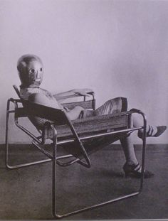 (Lilly Reich?) portant un masque de Schlemmer, assise dans le fauteuil Kandinsky de Marcel Breuer, 1926 Architecture Bauhaus, Architecture Design, Marcel Breuer, Kandinsky, Eileen Gray, Bauhaus Design, Tonne, Vintage Pictures, Outdoor Furniture