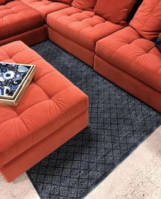 Red sofa. Living Room Goals, Living Room Decor, Mug Design, Red Sofa, Decoration, Home Furnishings, Ottoman, Lounge, House Design