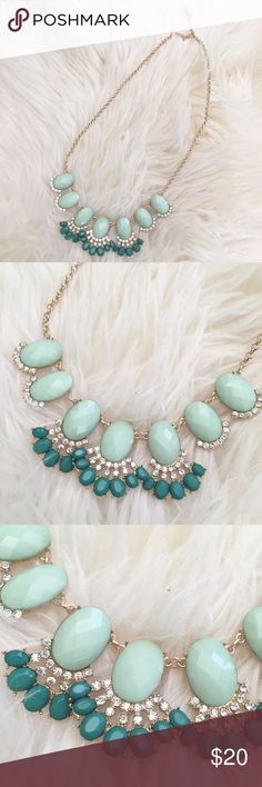 New! Green Stone Fan Statement Necklace excellent condition. Beautiful necklace that can be paired with many looks, casual or dressy! Clasp closure, gold metal chain. ❌NO TRADES OR PAYPAL❌ Jewelry Necklaces