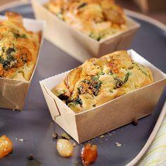 Petits cakes aux jeunes pousses d'épinard, tomates confites et oignons grelot aigre-doux.