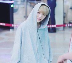 Tapi, kali ini Jihoon terlihat sangat cute! Dengan sweater kebesaran dan celana panjang