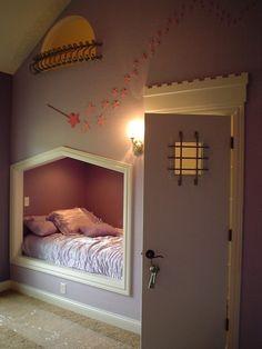 de deur leidt naar een kast met een trapje naar het raampje  boven het bed..... wauw.... van pinterest