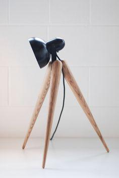 Daniel Kamp - fellow lamp #habitare #design #luminaria  Eenvoudig en toch heel sterk. Met 3 poten en één lamp ontwikkelt hij een stijlvolle bureaulamp. #earlybirthdaygift?