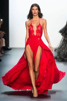 Luxurious, sexy and oh so glamorous this fabulous collection from Michael Costello, enjoy. MICHAEL COSTELLO Spring-S. New York Fashion, Fashion Week 2018, Fashion 2017, World Of Fashion, Runway Fashion, High Fashion, Fashion Show, Fashion Outfits, Fashion Design