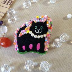 ☆☆こちらは、Magic様ご予約作品です。☆☆黒猫の刺繍と背景にたくさんのビーズをちりばめてカラフルでポップなブローチに仕上げました。 【サイズ】 縦4cm ...|ハンドメイド、手作り、手仕事品の通販・販売・購入ならCreema。