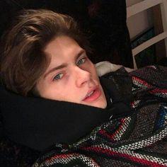 Read Capítulo from the story Buenos amigos SPIN-OFF by XimeSenSen (Amanojaku🎴) with reads. Beautiful Boys, Pretty Boys, Grunge Boy, Skater Boys, Cute White Boys, Aesthetic Boy, Tumblr Boys, Hot Boys, Handsome Boys