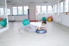"Vzpor neboli ""Plank"" na bosu - Posun skrčeného kolene pod trup Plank, Gym Equipment, Kids Rugs, Exercise, Train, Fitness, Sports, Yoga, Ejercicio"