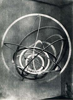 - ROD(T)CHENKO Alexander (1891-1956), Construction spatiale n° 9 (Cercle dans un cercle, série des Surfaces réfléchissant la lumière, vers 1920, contreplaqué peint à la peinture aluminium, fil de fer, 90x80x85 cm, Zug, Galerie Gmurzynska.. ArtPlastoc