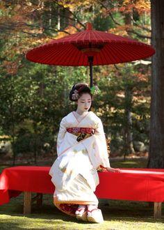 December senior maiko Mamefuji of Gion Kobu by susanoo on Ganref Geisha Japan, Geisha Art, Japanese Geisha, Japanese Beauty, Japanese Kimono, Japanese Art, Asian Beauty, Kabuki Costume, Japon Tokyo