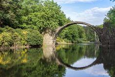 幻想的な円形模様!水の鏡で映し出されたドイツの「悪魔の橋」 Rakotz Bridge, Destinations, Castle, Architecture, Parfait, Devil, Bridge, Places, Photography
