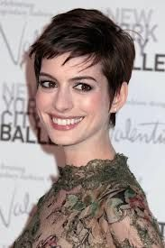 Anne Hathaway's sleek pixie crop - celebrity hair and hairstyles Funky Short Haircuts, Latest Short Hairstyles, Girl Haircuts, Cropped Hairstyles, Pixie Haircuts, Stylish Haircuts, Short Cropped Hair, Short Hair Cuts, Short Hair Styles