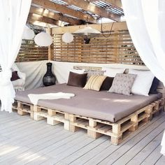 Pallet Outdoor Furniture outdoor lounge area made with pallets, one of the nicest I've seen Pallet Exterior, Diy Exterior, Outdoor Spaces, Outdoor Living, Outdoor Daybed, Outdoor Lounge Furniture, Outdoor Cushions, Outdoor Fabric, Outdoor Chairs