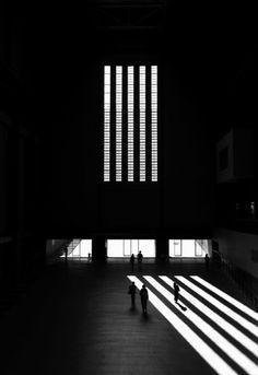 Monumentaal. Reflectie. Lijnen. Heel mooi contrast. De witte verticale strepen komen heel mooi uit door dat zwart op de achtergrond.