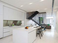 moderne harfentreppe schwarz weiße küche wohnzimmer offen