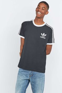 "adidas – T-Shirt ""California"" in Schwarz - Urban Outfitters"