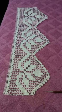 This Pin was discovered by Hel Crochet Lace Edging, Crochet Borders, Crochet Squares, Filet Crochet, Thread Crochet, Crochet Doilies, Crochet Stitches, Crochet Curtains, Crochet Pillow