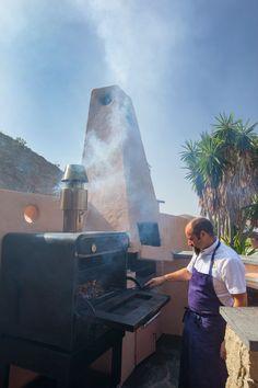 El chef Ángel Palacios cocinando en un Horno Brasa Josper