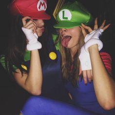 Pin for Later: Holt euch bei den Stars Inspiration für euer Halloween-Kostüm Kendall Jenner als Mario und Cara Delevingne als Luigi