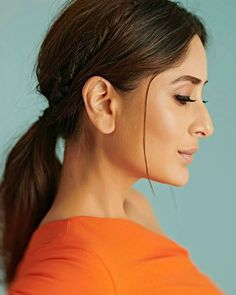 Kareena Kapoor Khan Embraces A Cheerful Orange Number By Gauri & Nainika For The Episode Of DID and Takes Our Breath Away - HungryBoo Kareena Kapoor Khan, Kareena Kapoor Photos, Kareena Kapoor Hairstyles, Bollywood Hairstyles, Cute Celebrities, Bollywood Celebrities, Bollywood Actress, Celebs, Bollywood Designer Sarees