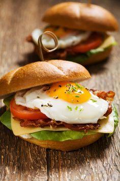 Σκέφτεστε κάτι καλύτερο από ένα λαχταριστό σάντουιτς όταν η ώρα του κυρίως γεύματος αργεί; Ιδού λοιπόν μια νόστιμη και γρήγορη πρόταση που μπορείτε να διαμορφώσετε ανάλογα με τα γούστα σας. Cookbook Recipes, Cooking Recipes, Brunch Recipes, Breakfast Recipes, Sandwiches, Bread Art, Food Photography, Food Porn, Food And Drink