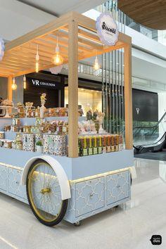Biscoitê | Carrinhos para Shopping | Studio Dias Food Stall Design, Food Cart Design, Food Truck Design, Kiosk Design, Cafe Design, Store Design, Signage Design, Design Design, Graphic Design