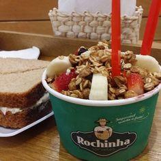 Lanchinho light de domingo:açai paulista e sanduiche de atum do Rochinha.#moema #gordices #açai #rochinha #food #instafood