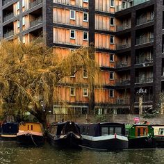 London - Wake up to ducks floating past your bedroom window, then hop on the metro to work! Here are 10 houseboat communities that are in or near cities. #houseboat #london