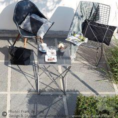 Sfeervol ochtend-koffie-terras in zwartwit, styling met mooie woonmerken van @boerstaphorst . Meer foto's van deze voortuin in zwart-wit ruiten op www.lifestyleadviseur.nl . Black and white garden styling. See full gallery of this front yard at www.lifestyleadviseur.nl .  #tuinontwerp #tuin  #gardendesign #garden #frontyard #voortuin #zwartwitwonen #black #zwartindetuin #zwartwittuin #modern #tuinarchitectuur  #interieurstyling #interior #interio...