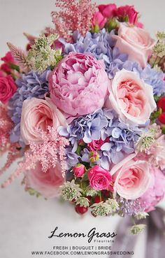 Simple wedding flowers - Silk flowers offer great alternative for most of the flowers in some cases. Amazing Flowers, Fresh Flowers, Silk Flowers, Spring Flowers, Beautiful Flowers, Beautiful Flower Arrangements, Wedding Flower Arrangements, Floral Arrangements, Wedding Bouquets