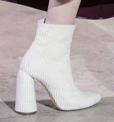 28 Inspirational Street Style Shoes For Your Perfect Look This Summer - Fashion Women Shoes Store - Fashion Women Shoes Store Street Style Shoes, Street Style Women, Big Fashion, Fashion Brands, Classy Fashion, White Fashion, Fashion 2017, Womens Fashion, Sneakers Fashion
