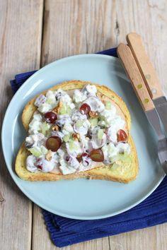 Frisse salade met Griekse yoghurt, druiven en selderij - Lekker en Simpel