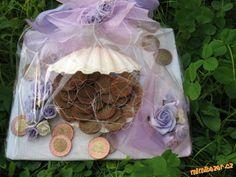 Jak darovat jako svatební dar peníze Christmas Ornaments, Holiday Decor, Gifts, Diy, Home Decor, Ideas, Cash Gifts, Presents, Decoration Home