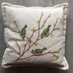 Cross Stitch Cushion, Cross Stitch Bird, Cross Stitch Designs, Cross Stitch Patterns, Crewel Embroidery, Floral Embroidery, Sewing Crafts, Sewing Projects, Bird Stencil