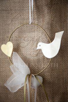 Μπομπονιέρα γάμου μεταλλικό χειροποίητο στεφάνι με καρδιά και περιστέρι