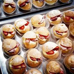 Sweet bites with fluffy yet crunchy choux, velvety cream and fresh strawberries
